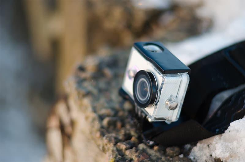 深淵の端に取り付けられたアクションカメラ