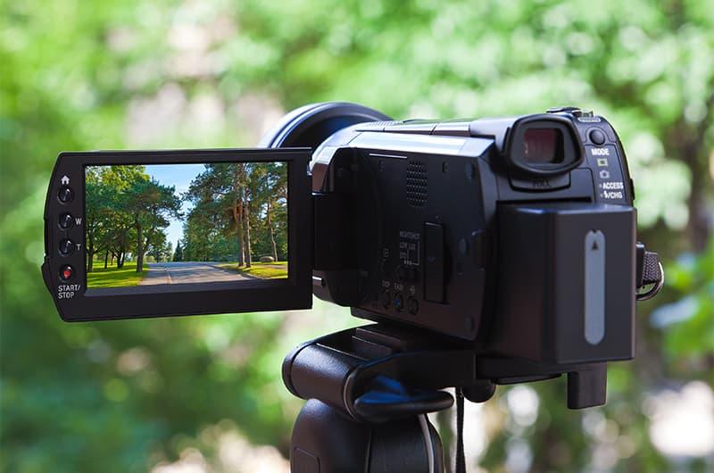 ビデオカメラで動画を撮影する様子