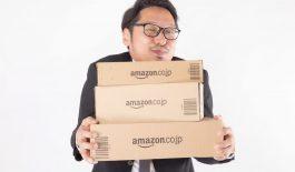 Amazonの箱を持ってニヤける男性
